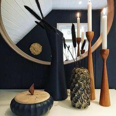 Styling av @annasjente_kristin  Mentvase og skål i petrolblå, grå vase fra House Doctor og teak lysestaker fra Freemover . Husk åpent til 17.00 i dag , velkommen .  ____________________________________ #annasrom #åpent7dageriuka #velkommen #interiør #styling #decorations #decoblue #mentforbilder #mentforannasrom #housedoctor #freemover Teak, Candles, Autumn, Table Decorations, Instagram Posts, Furniture, Home Decor, Decoration Home, Fall Season