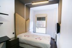 Dormitorio de diseño, cabecero diseñado a medida y tapizado.