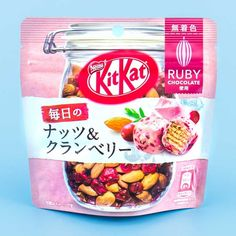 😋 The cranberry goodness in these bite-sized Kit-Kat from Japan Candy Store is superb! 👌🏻🍫 These treats are guilt-free as they are coated with cranberry bits and healthy nuts. 💛 🌰 Chocolate Yogurt, Chocolate Pack, Chocolate Apples, Chocolate Flavors, Making Chocolate, Chocolate Ganache, Japanese Sweet, Japanese Candy, Japanese Snacks
