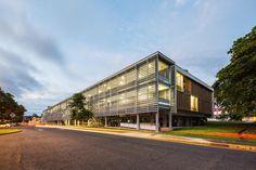 Alojamento Estudantil na Ciudad del Saber -  Panamá, PA - As fachadas são compostas por painéis corrediços com aletas perfuradas que otimizam a entrada de luz nos ambientes e facilitam a ventilação natural