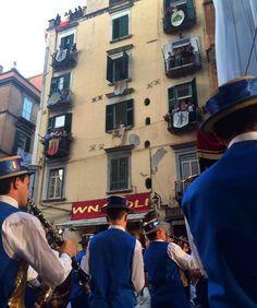 Moradores da rua San Gregorio viram cenário e plateia do desfile de alta moda da Dolce & Gabbana (Foto: Vogue Brasil)