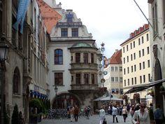 in München steht ein Hofbräuhaus....