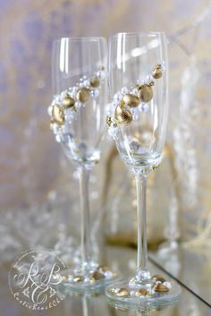 Sea wedding, champagne flutes, gold & white, toasting glasses, collection Art Deco, romantic, exotic, shell and pearls, beach set, 2pcs Personalization 0-no personalization, 1-engraving glasses Engraving of our products is done manually Example of engraving you can see the following link: https://www.etsy.com/ru/listing/240319212/add-engraving-on-a-glasses?ref=shop_home_active_19   ♥THIS ITEM FOR : - 2 champagne flutes  ♥MEASUREMENTS: -Champagne flutes : Height - 9 inch (23 sm). Volume –…