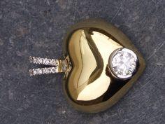 18kt gouden hanger met briljant uit ring van man en in het hart zijn assen verwerkt