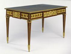 Bureau de bois des indes satiné et amarante d'époque Louis XVI - Livré le 6 août 1777 par Jean-Henri Riesener pour le Cabinet du Roi à Trianon. Numéro d'inventaire 2905. Getty Museum.
