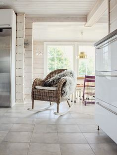 hirsitalo keittiö, scandinavian kitchen, rattan rocking chair