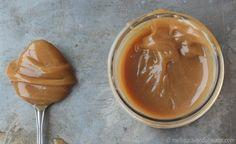 Cette recette de caramel en est une de compétition. Rapide, facile à faire, une parfaite balance de sucré/salé. Tout ce qu'on attend d'un caramel maison. Nutella, Seasoning Mixes, Coconut Cream, Macarons, Food Art, Peanut Butter, Deserts, Brunch, Dessert Recipes