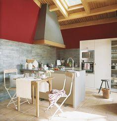 El rojo es un color vital y atrevido, perfecto para destacar una pared, o una parte de ella. La franja roja le proporciona carácter y el contraste con el resto de materiales los hace destacar. ¡Atrévete con el rojo!