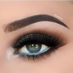 Gorgeous eye makeup with mint water liner