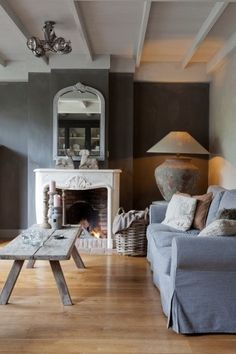 Vicky's Home: Rustico y elegante /Rustic and elegant (that lamp! Decor, Home Living Room, Living Dining Room, House Inspiration, Home Decor, Room Inspiration, House Interior, Home Deco, Home And Living