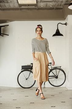 Faldas Midi: Un Favorito Fashion Style Outfits, Komplette Outfits, Style Bobo, Estilo Hipster, Midi Skirt Outfit, Midi Skirts, Beige Skirt, Khaki Skirt, Mode Simple