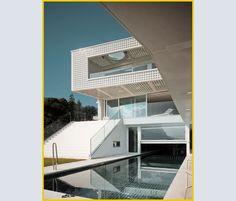 La casa ha una piscina di 25 metri, per metà coperta e per l'altra metà all'aperto