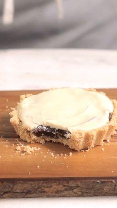 Essas deliciosas tortinhas de chocolate preto e branco vão te deixar com água na boca.