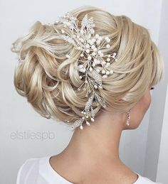 Wedding Hair Accessories - [tps_header] Elstile has nailed these absolutely captivating wedding hairstyles. These super impressively styled looks are the perfect sophistication for any wedding day! With dazzling accessories perfectly placed, t. Wedding Hairstyles For Long Hair, Wedding Hair And Makeup, Wedding Updo, Wedding Hair Accessories, Bride Hairstyles, Pretty Hairstyles, Hair Makeup, Hairstyle Ideas, Wedding Bands
