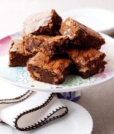 Our caramel swirl brownies are rich and delicious. Take a look at our easy brownies recipe and learn how to make these brilliant Carnation Caramel Brownies! Chocolate Chunk Brownies, Easy Chocolate Fudge, Caramel Brownies, Chocolate Fondant, Chocolate Cheesecake, Tray Bake Recipes, Cake Recipes, Dessert Recipes, Milk Recipes