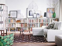 Billy blir supersnygg som kombinerad bokhylla och avlastningsbänk i vardagsrummet – om du bygger på bredden i stället för på höjden.