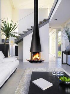 salon graphique avec cheminée design et tapis shaggy blanc