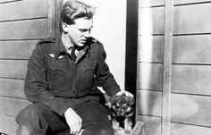 Norwegian Royal Air Force Pilot del No 332 Squadron, Martin Gran, accarezzare lo squadrone & # 8217; s mascotte - un cucciolo di nome Varg, nel 1941.