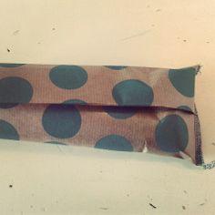 Uitdeel zakjes maken gevuld met snoep: 2 een vierkant uitknippen, over elkaar heen vouwen en een kant dicht naaien.