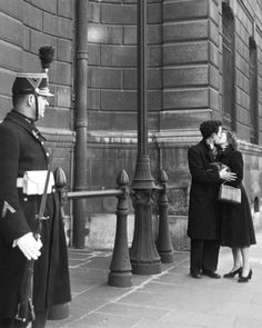 Robert Doisneau // Kissing Couple And Guard, 1950. ( http://www.gettyimages.co.uk/detail/news-photo/kissing-couple-and-guard-news-photo/121516421