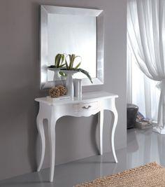 Specchio su consolle bianca
