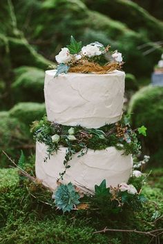 Copper seed pods and greenery/flowers in spaces layers? Gareth doesn't like the Spackled look  41 Yummy Woodland Wedding Cakes   HappyWedd.com