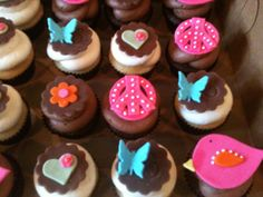 I like the hearts, birds and butterflies, too! Mini Cupcakes, Cupcake Cakes, Peace Cake, Party Co, Party Themes, Themed Parties, Party Ideas, Cute Designs, Cake Decorating