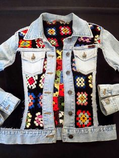 Crochet granny square panels in old denim jacket brings new boho chic to your cold wardrobe and uses up all those unused banker squares or odd balls of yarn too. Czekają na Ciebie nowe Piny: 18 - Poczta This Pin was discovered by nih Likes, 20 Comments - Pull Crochet, Gilet Crochet, Mode Crochet, Crochet Coat, Crochet Jacket, Crochet Cardigan, Crochet Clothes, Diy Clothes, Crochet Fashion