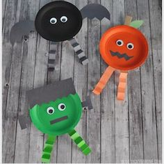 Get crafty this fall with these halloween crafts for kids. From halloween crafts for toddlers to halloween crafts for school, there are plenty of fun and easy halloween craft ideas to make. Bureau Halloween, Creepy Halloween Decorations, Halloween Office, Halloween Crafts For Toddlers, Halloween Celebration, Halloween Games, Halloween Horror, Halloween Party Decor, Halloween Diy