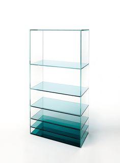 Naam: Deep Sea   Designer: nendo   Merk: Glas Italia   Gelanceerd: 2013   Italië   75 x 35 x 151cm   Materiaal: glas   Mijn mening: Wat ik erg leuk vind is dat de blauwe kleur onder donkerder is dan boven, dat geeft de kast veel meer diepte. De verschillende hoogtes geeft men een meerwaarde bij het erin zetten van spullen. Het ziet er modern en strak uit.