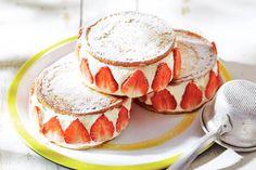 Easy dessert: aardbeien, eierkoeken, slagroom en poedersuiker - Recept - Allerhande