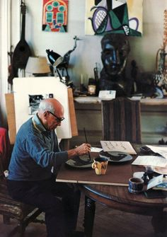 Picasso painting on pottery. So, Hamm WASN'T the real picasso, this guy is. Art Lessons, Picasso Art, Cubist, Artist Inspiration, Artist At Work, Painter, Painting, Art, Art History