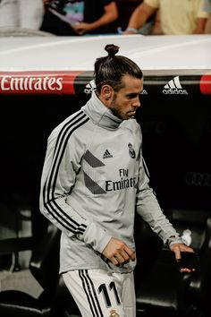 Gareth Bale (Real Madrid) starts on the bench (photo by Shot for Press/Action Plus via Getty Images) Garth Bale, Joueurs Real Madrid, Bale 11, Bale Real, Real Madrid Players, Football Pictures, Best Player, Messi, Champion