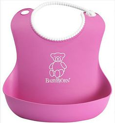 BabyBjorn Śliniak różowy.  Miękki śliniak o ergonomicznym kształcie zgodnym z budową ciała dziecka. Specjalnie wyprofilowana kieszonka złapie wszystko to, co dziecko zgubi z łyżeczki.