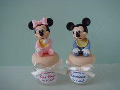 Pote de vidro decorado Mickey e Minnie Biscuit, Decorated Jars, Minnie Mouse, Dolls, Decorating Jars, Gifts, Baby Dolls, Mason Jars, Doll