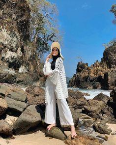 Hijab Fashion Summer, Modern Hijab Fashion, Street Hijab Fashion, Muslim Fashion, Look Fashion, Hijab Casual, Hijab Mode Inspiration, Ootd Poses, Beach Ootd