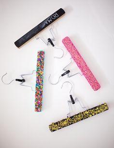 perchas cuelga-papeles de purpurina y abalorios-  manualidades - hecho a mano -  handmade. idea de: Ruffles & Stuff