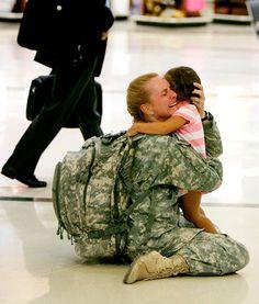 Após 7 meses servindo no Iraque, esta mulher,Terri Gurrola, reencontra a filha.