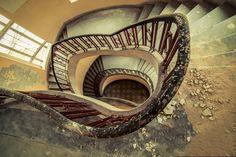 escaleras de Ina G. (IGAT) crumbling staircase