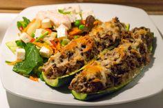 Fyldte squash med oksekød og feta-salat. En god mættende opskrift, og med masser af grønt. I denne opskrift er der ca. 620 kcal og målene...