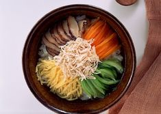 奄美大島や沖縄の郷土料理で、鶏肉でとった、あっさりとしたスープが、食欲をそそります。
