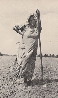 The Farm Dress, Then or Now?the 'stuff' our great-grandmothers were made of; if not for their fortitude, you sure wouldn't be who you are today. Vintage Farm, Look Vintage, Vintage Woman, Vintage Pictures, Old Pictures, Photos Du, Old Photos, Thelma Et Louise, The Farm