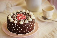 BOLO DE BAUNILHA E LIMÃO COM COBERTURA DE CHOCOLATE - Com ou sem decoração, este bolo simples e pouco doce fica sempre uma delícia