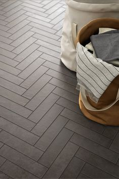 Italian bathroom tiles and 26 modern furnishing proposals for your bathroom Stone Flooring, Kitchen Flooring, Marazzi Tile, Chevron Gris, Herringbone Wall, Italian Bathroom, Target Home Decor, Stone Kitchen, Concrete Tiles