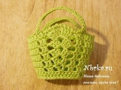 Beach bag (pattern in Russian on website) Crochet Purse Patterns, Granny Square Crochet Pattern, Crochet Purses, Cute Crochet, Crochet Crafts, Crochet Baby, Barbie Et Ken, Accessoires Barbie, Crochet Doll Dress