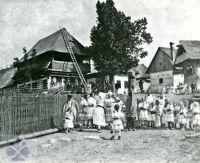 Obchôdzka s Turoňom. Čičmany (okr. Žilina), začiatok 20. storočia. Archív negatívov Ústavu etnológie SAV v Bratislave. Autor neznámy