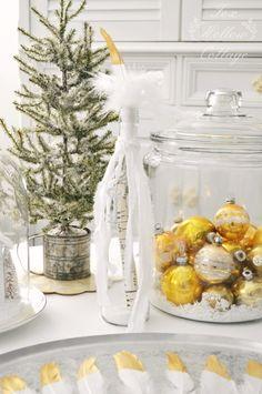 Diy Christmas Decor: #gold painted feathers and upcycled glass bottle #Christmas #christmasdecoratingideas
