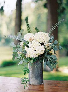 Las hortensias mezcladas con eucaliptos son preciosas y muy económicas. Arreglo floral de Jeremiah Rachel.