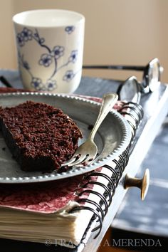 """La torta al cioccolato senza burro - """"wacky cake"""": la stravagante torta morbida nata per superare con dolcezza i tempi duri (una ricetta da FRAGOLE A MERENDA)"""
