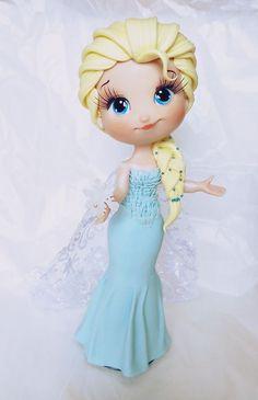 Elsa Customizada feita em biscuit <br> <br>*princesa Elsa 25 cm de altura <br> <br>as peças podem ter alteração no tamanho, por ser artesanal, mas caso haja será para uma altura maior do que a indicada <br> <br>fazemos outros personagens nesse mesmo modelo.: